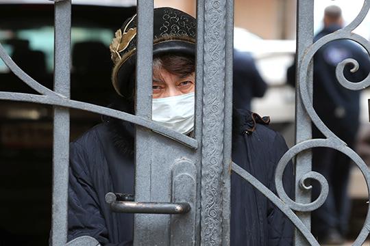 «Какие спецпропуска икоды? Вмэрии представляют себе, как «окольцевать» 12,8млн. человек (столько официально живет вМоскве), сколько это займет времени исил убюрократии?»