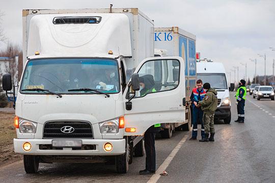 В отличие от других постов, на Горьковском шоссе сотрудники ГИБДД останавливали каждую машину. Впрочем, движение это не затруднило — машин было в разы меньше, чем в любой другой день