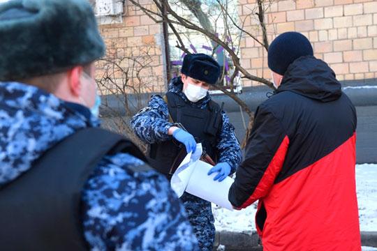 Обкатывать «зачистку гуляк» полиция начала вчера. К вечеру постовые остановили для проверки документов более полутора тысяч казанцев