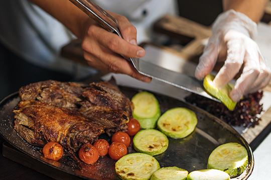 «Заказать унас можно все, что угодно, начиная отблюд изосновного меню доблюд более сложного приготовления, например, утку или гуся, которые готовятся вдровяной печи около трех-четырех часов»