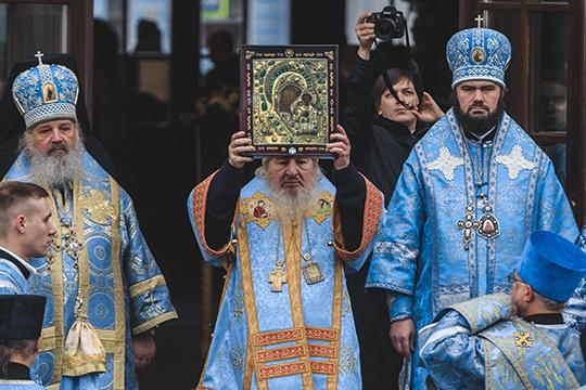 «В декабре 1941 года Сталин велел совершить крестно-воздушный облет над городом вместе сосписком Казанской иконы Божией Матери. Считается, что именно это действие ипомогло сдержать наступление неприятеля»