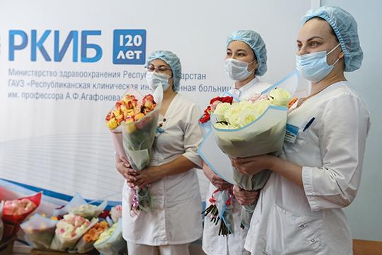 Сотрудники бизнесмена занесли цветы навторой этаж РКИБ, где ихожидали медики