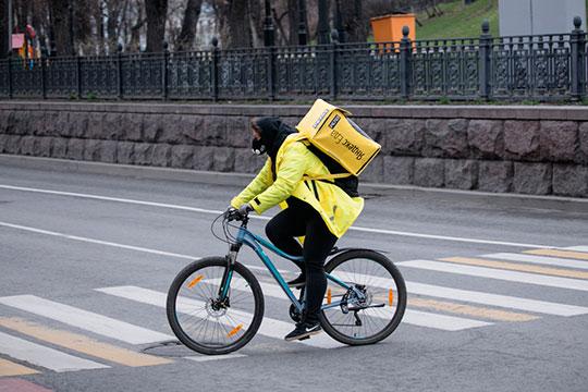 Выгоднее всего велокурьерам, и это понимает сама система «Яндекса», которая, по слухам, выдает им больше всего заказов