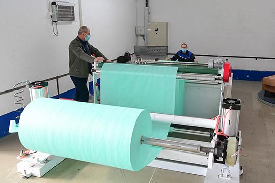 Компания «Полиматиз» поставила материал на основные заводы НКНХ для пошива более 100 тысяч масок для персонала. Кроме того, компания бесплатно раздает материал своим сотрудникам, желающим шить маски на дому
