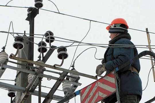 Трудовую деятельность (Хакимов) начинал в«Казанских электрических сетях» обычным электромонтером, апосле окончания вуза— инженером, замначальника иначальником Восточного района электросетей КЭС
