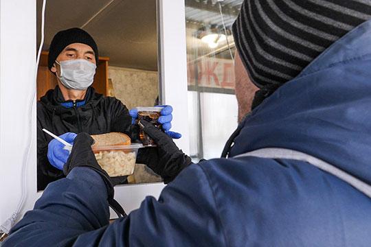 Сотрудники «Приюта» следят, чтобы все мыли руки перед едой и после этого дают тарелку горячего с чаем