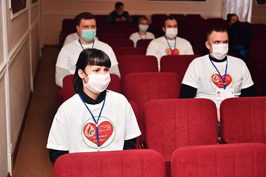 ВНГДУ «Лениногорскнефть» собрались волонтеры ресурсного центра «Татнефти», атакже городские добровольцы, которые вусловиях самоизоляции населения помогают доставлять надом пожилым людям продукты илекарства