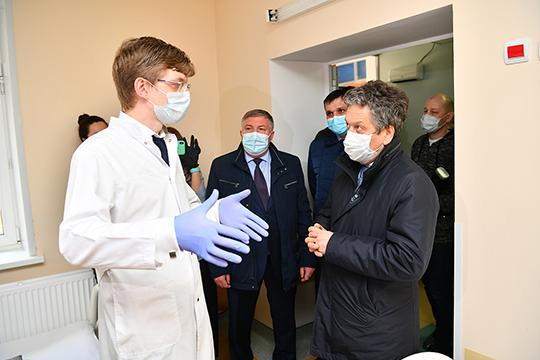 Плановая помощь встационарах иполиклинике вЛениногорске приостановлена, как ивомногих медучреждениях страны, аврачи теперь восновном работают всоставе выездных бригад