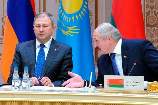 Премьер-министр Белоруссии Сергей Румас (слева) заявил, что договорился с Россией о поставках двух миллионов баррелей нефти по 4 доллара за «бочку»