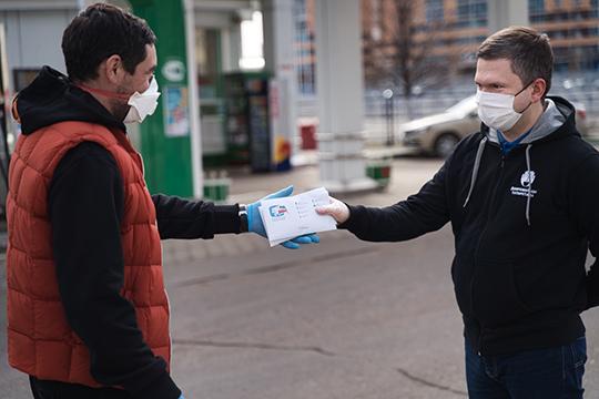 Сначала «АкБарс» черезДаниса Зариповапередал центру добровольчества республики 30 топливных карт «Татнефти» номиналом по3тыс. рублей каждая. Для этого онпоявился возле одной изавтозаправок