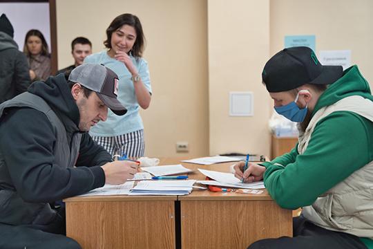 Вотсутствие Зарипова, вштабе волонтёров инструктаж прошли Яруллин иПетров. Нанесколько часов они официально стали волонтёрами— заполнили необходимые документы иполучили удостоверения
