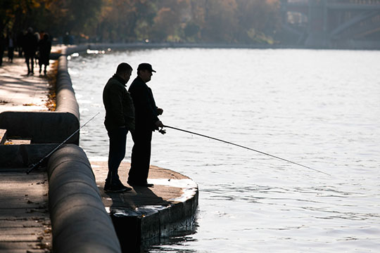 «Уединенная рыбалка предполагает большую самоизоляцию, чем отдых или работа на даче, где редко бывает меньше двух человек»