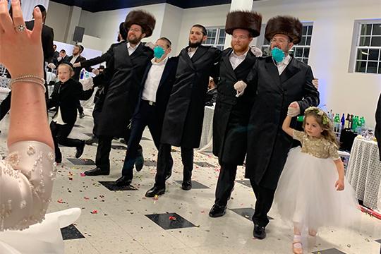 Свадьба явно была запланирована иорганизовывалась задолго докарантина, ивсе гости подходили кдеталям для соблюдения гигиены спониманием иуважением