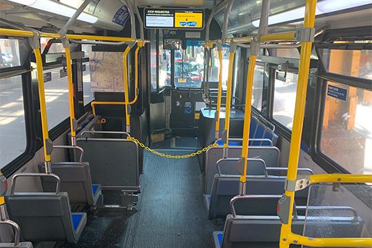 Вавтобусах теперь закрыта первая часть салона— оградительная цепь непозволяет пассажирам подходить кводителю наблизкое расстояние