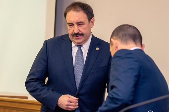 На совещании у премьер-министра РТ Алексея Песошина 2 апреля было решено, что адвокатов включат в перечень, дающий право передвигаться по городу по удостоверению. Но в итоговом документе их не оказалось