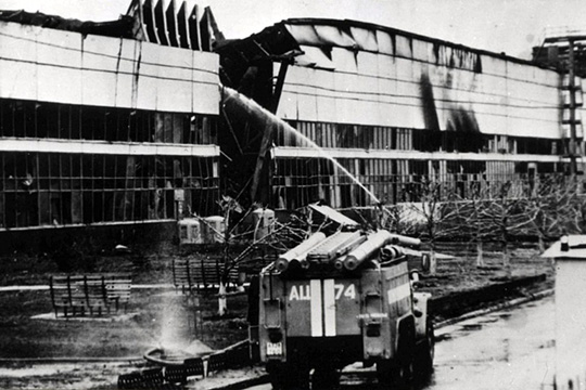 В апреле 1993 года сгорело крупнейшее и технологически очень сложное производство — завод двигателей. Пожар и спад производства в сочетании с политическим и экономическим кризисом в стране погрузили КАМАЗ на самое дно