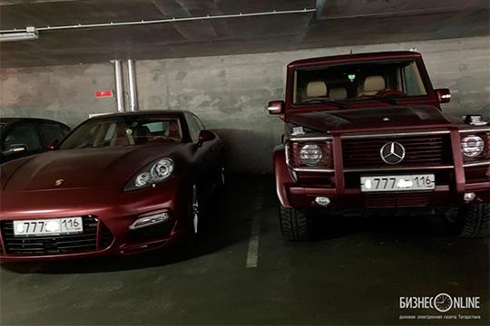 Напаркинге опрописке Бердыева говорят две иномарки рубинового цвета Porsche Panamera иMercedes-Benz G-класса— два подарочных авто счемпионских времен