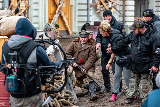 Сериал был снят за67 смен, 70–100 сотрудников ежедневно работали насъемочной площадке, 200 артистов массовых сцен задействованы вовремя эпизода посадки набаржу,