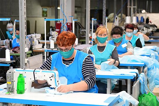 «Одна швея изготавливает в день 8 костюмов. И мы привлекаем волонтеров, частные агентства, ателье, фабрики, все это методично переводим на пошив средств индивидуальной защиты»