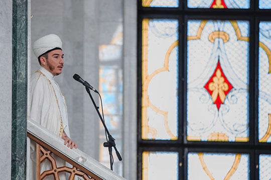 Имам мечети «Кул Шариф» Ильфар Хасанов читает проповедь, посвященную окончанию священного месяца Рамадан и празднику Ураза-байрам, в мечети «Кул Шариф» г.Казани