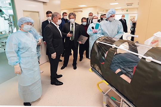 президенту Татарстана показали пилотный бокс для безопасной транспортировки заболевших. Это оборудование оснащено герметичной системой циркуляции воздуха для исключения возможного заражения медперсонала