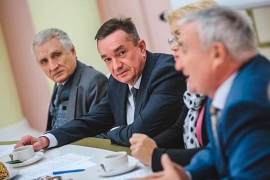 53-летний Лев Семенов (второй слева) с 2008 года управляет выставочным комплексом «Казанская ярмарка»