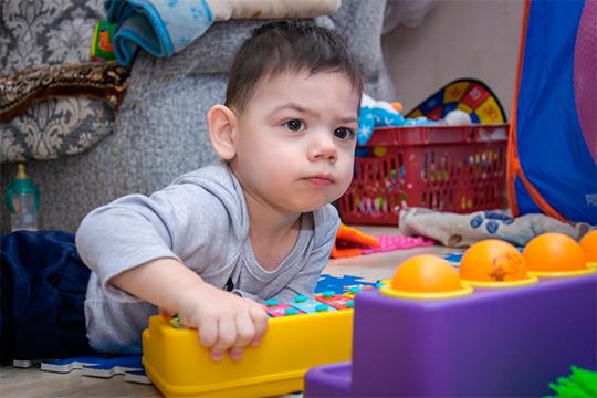 Дамир— долгожданный ребенок.Додвух месяцев малыш развивался, как все. После планового медосмотра хирург обнаружил умладенца две паховые иодну пупочную грыжи ирастущую гемангиому наспине