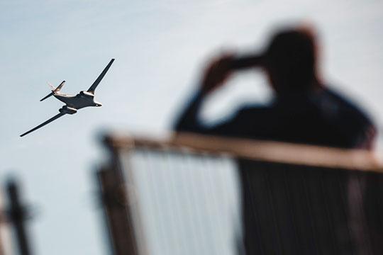 Как сообщили близкие к минобороны источники «БИЗНЕС Online», предполагалось, что впервые в истории парада 9 мая ракетоносцы-бомбардировщики Ту-160 и Ту-95 пройдут над Казанью
