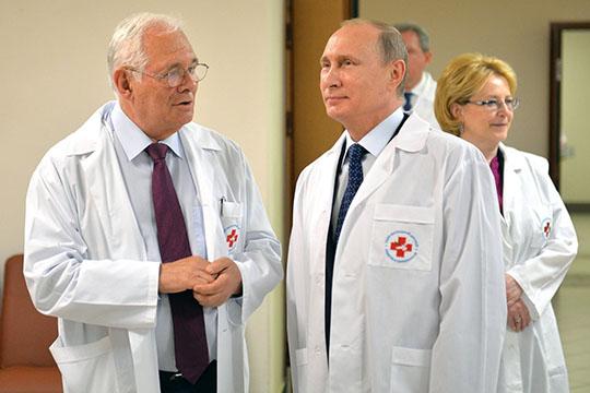 «Доктор Рошаль (слева) водном изпервых интервью поданной теме заметил: то, что происходит— это прекрасная репетиция бактериологической войны. Замечу, именно репетиция»