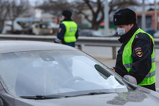 Притормаживая перед затором, водители уже понимают для чего осмотр, изаранее готовят справки или телефоны сСМС-уведомлениями. Напроверку одного автомобиля хватает минуты