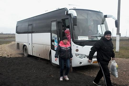 Нелегальные перевозчики, которые ранее использовали 40-местные автобусы имикроавтобусы, пересели налегковые автомобили. Найти перевозчика действительно можно вгруппах Вконтакте иWhatsApp