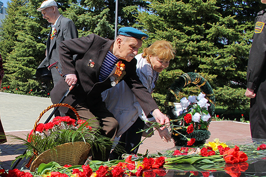 Отдельно остановился мэр Нижнекамска натеме переноса даты празднования Дня Победы. «Все торжественные мероприятия пройдут позже, мынадеемся, в2020 году, который вРоссии объявлен годом памяти иславы»,— сказал Метшин