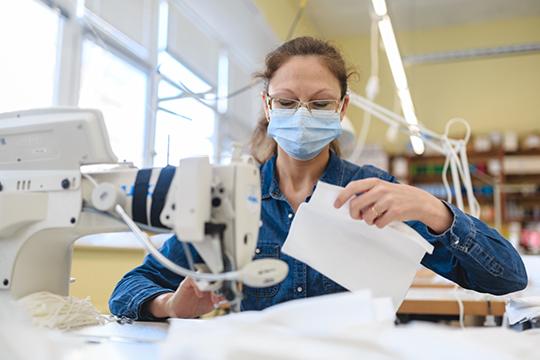 «Налажено производство масок ипрочего инвентаря, которого поначалу остро нехватало. Сейчас вКитае вдень производится миллиард масок. Представляете, что это такое? Миллиард!»