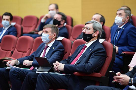 Собравшиеся гости (все, кроме докладчика, самого Минниханова и сопровождавшего его премьера Алексея Песошина) были в медицинских масках и оттого немного напоминали врачей, собравшихся на консилиум