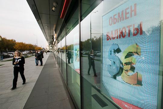 Рубль отреагировал на волатильность на нефтяном рынке снижением — курс доллара по состоянию на 12.54 вырос на 1,51 рубля до 77,06 рублей, евро — до 83,59 рубля (+1,60)