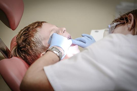 «Работаем мывэкстренном режиме, позаписи наострую боль. Унас всего 5 врачей, ноработают только два стоматолога— хирург итерапевт итолько водну дежурную смену»