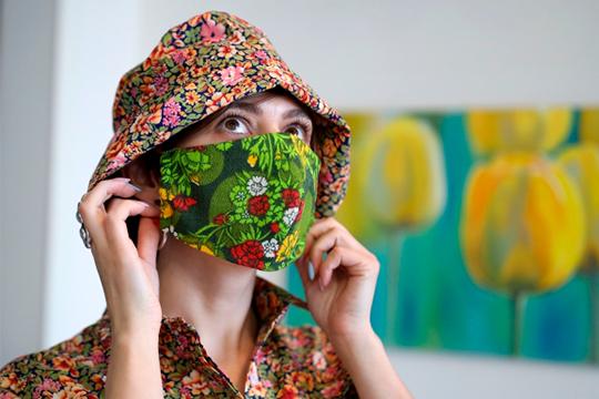 Дизайнер одежды Ольга Казакова во время режима самоизоляции из-за коронавирусной инфекции шьет дома на заказ трехслойные защитные маски