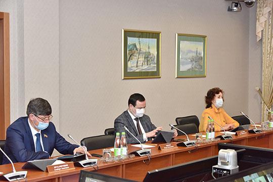 Игорь Бикеев (в центре) полагает, что когда вирус уже не будет представлять опасность, статья КоАП может быть устранена