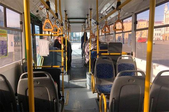 Налинии в2,5 раза меньше автобусов, чем обычно. Ноэто лишь помогает чуть сэкономить натопливе, аостальные расходы никуда неделись, даеще иприходится тратитьсянасанобработку