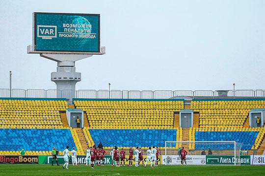 «Там же (на центральном стадионе) вообще нет условий. У ЦСКА был оператор, который за 100 кг весом, ещё и ростом 2 метра. Так он там чудом не сломал себе руки и ноги»