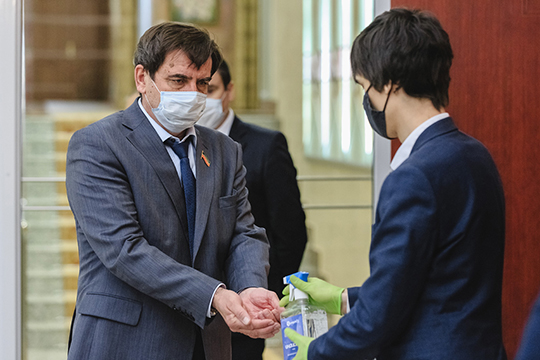 Депутатов предусмотрительно рассадили «через парту», даеще ившахматном порядке, предварительно продезинфицировав ихруки антисептиками навходе
