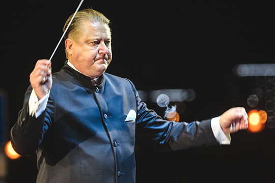 Сезон 2019-2020 стал дляАлександра Сладковскогоюбилейным— уже 10 лет онруководит главным татарстанским оркестром
