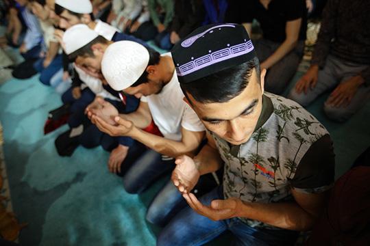 «Вмусульманском празднике есть процесс богослужения— сама молитва, которая длится недолго, минут 5— 7, иесть праздничные наставления. Молитва неможет быть онлайн, потому что для ееисполнения нужно собирать людей»