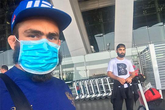 «Меня зовут Вартан Асатрян (слева), я профессиональный боец ММА и тайского бокса, мастер спорта. Я прилетел из Таиланда. Там я был два месяца на сборах, должны были пройти соревнования»