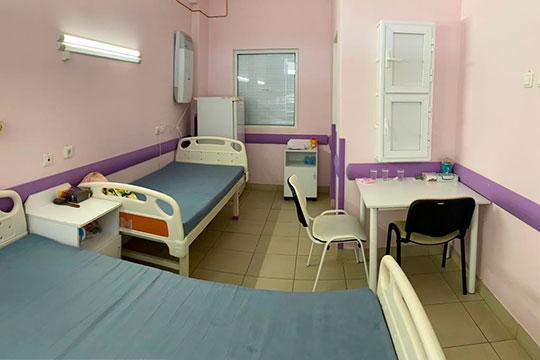 «Здесь яживу вбоксе. Вкомнате три кровати, одна для ребенка, нонахожусь яздесь вполной изоляции. Комне лишь заходят врачи имедсестры вполной защите»