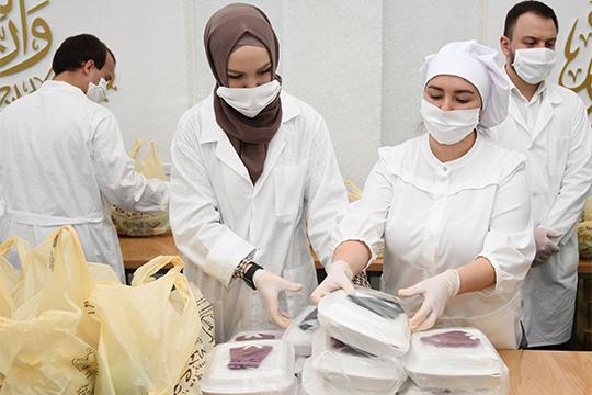 Один пакет сегодняшней помощи стоит приблизительно 650 рублей.Кстати, вапреле волонтёры «Доброй Казани» раздали нуждающимся 1500 продуктовых наборов от«Бахетле»— каждый весом 14,5 кг