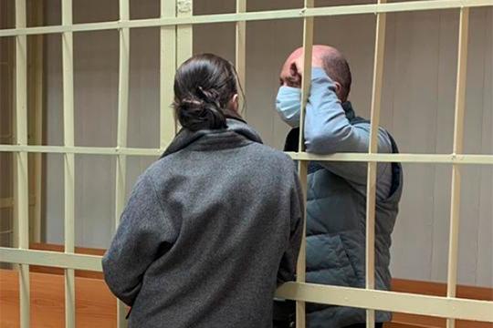 В Санкт-Петербурге сотрудники ФСБ задержали бывшего депутата Госдумы и городского заксобрания Дениса Волчека, который якобы был водителем, другом и деловым партнером преступного авторитета Кости Могилы