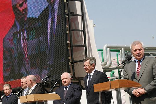 Вагит Алекперов (справа), Валерий Грайфер (третий справа) и Равиль Маганов (слева) на церемонии открытия современной парогазовой установки в 2011 году
