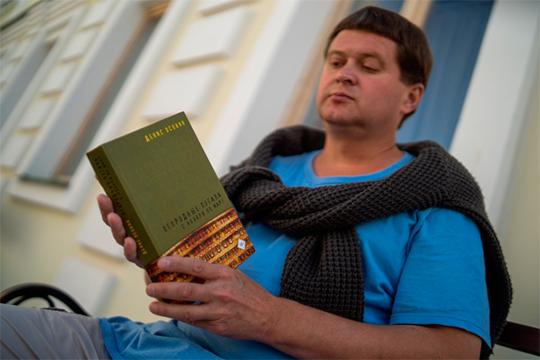 Денис Осокин выпустил сборник «Огородные пугала сноября помарт», куда вошли все его главные вещи, включая киносценарии, благодаря которым его имя стало широко известно далеко запределами республики