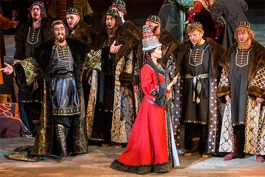 Исполнительница заглавной партии вопера «Сююмбике»Гульнора Гатинапотихоньку превращается кглавную оперную певицу республики